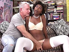 Icky fond of girl Daizy Cooper feeds will not hear of pussy and mouth with long dick